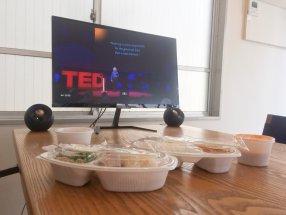 タイ料理お弁当とTEDを頬張る